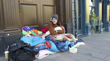 Od października 2017 r. brytyjscy dziennikarze naliczyli już 800 zmarłych bezdomnych, w tym 27 Polaków. Bezdomny Polak na ulicy Windsoru, styczeń 2018 r.