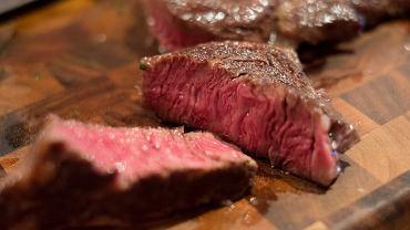 Mięso dobrze jest parę godzin przed pieczeniem czy duszeniem zamarynować