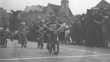 1959 rok i walka o pierwsze miejsce rowerowego wyścigu dziecięcego. Linia mety na 'Karolku'