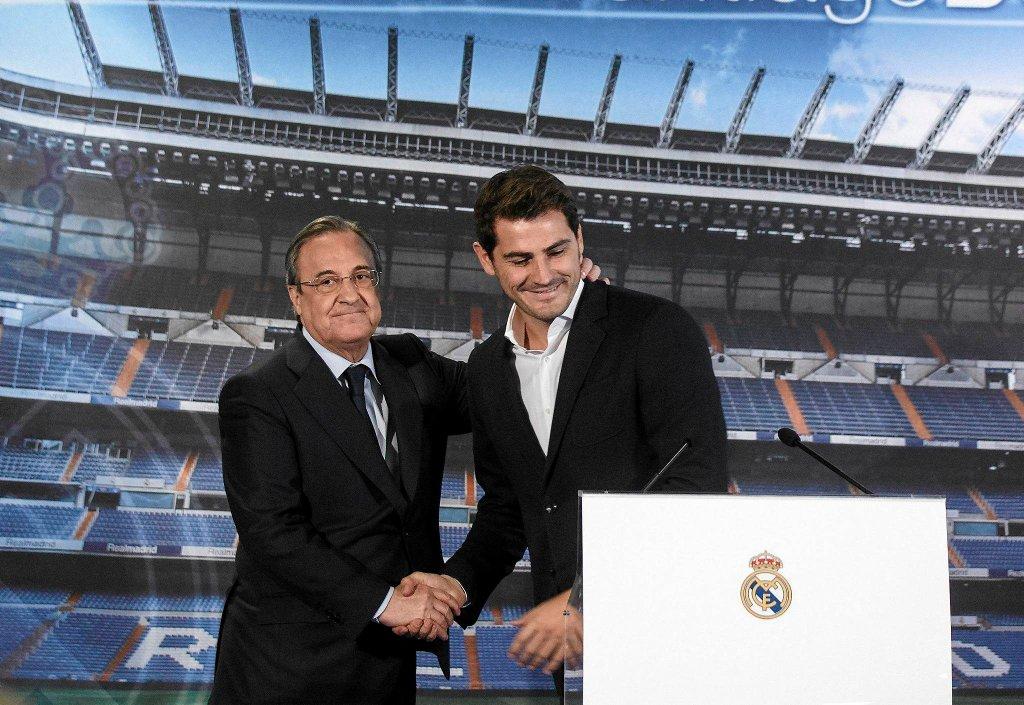Z Casillasa najpierw spotkał się prezes klubu Fiorentino Perez. Obaj zaprezentowali seledynową koszulkę z napisem - I.Casillas 1990-2015.