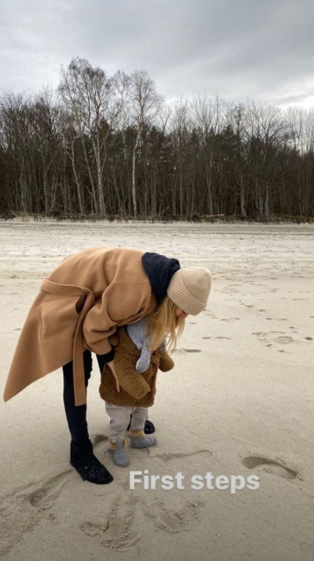 Córka Kasi Tusk stawia pierwsze kroki