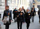 Łańcuch światła z wykrzyknikiem na Piotrkowskiej. Łodzianie solidarni z nauczycielami