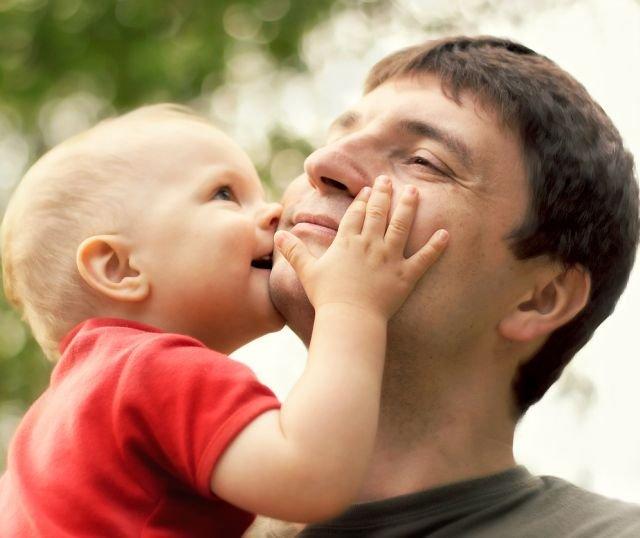 Współczesny ojciec jest zaangażowany w opiekę nad dzieckiem na równi z matką - wykazują badania