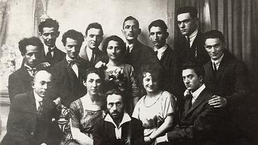 Mordechaj Ardon z rodzeństwem (stoi trzeci od lewej, uśmiechnięty).