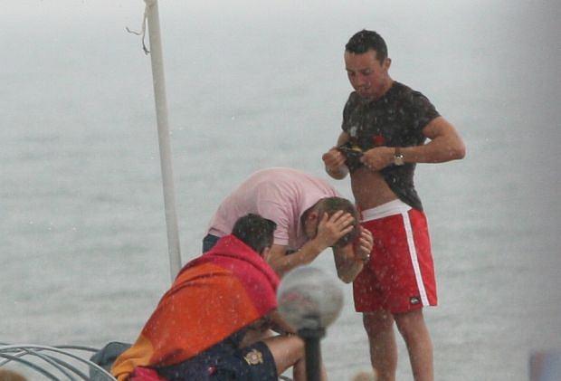 Zdjęcie numer 9 w galerii - Rafał Mroczek na plaży w Sopocie. Prawdziwi twardziele różu się nie boją