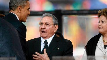 Barack Obama wymienia uścisk dłoni z Raulem Castro