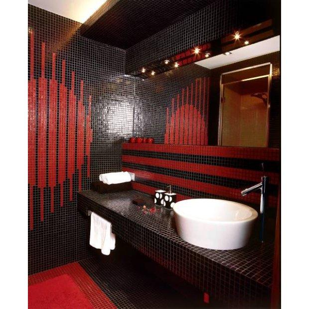 Łazienka z czerwono-czarnymi kafelkami
