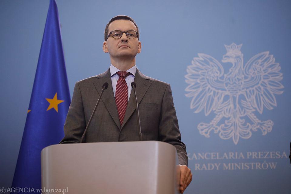 Premier rzadu PiS Mateusz Morawiecki podczas konferencji prasowej. Rząd zamyka szkoły w związku z epidemią koronawirusa. Warszawa, 11 marca 2020