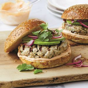 Burgery z tuńczyka, przepis i zdjęcie pochodzą z książki 'Rośliny przede wszystkim. 101 najlepszych przepisów fleksitariańskich'