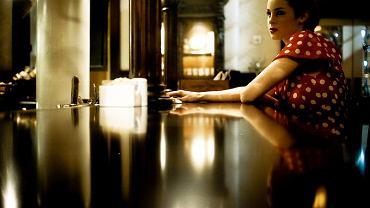 Samotna kobieta w knajpie jeszcze wzbudza kontrowersje? Tak...
