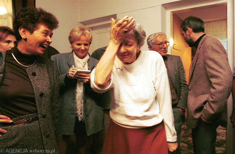 Wisława Szymborska dowiaduje się, że otrzymała literackiego Nobla, Zakopane, 3 października 1996 r. Z lewej Teresa Walas