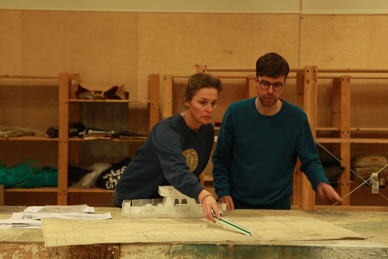 Kierownik produkcji Simone Grau Roney i reżyser Marcus Lindeen na planie filmu 'Eksperyment na tratwie' (mat. prasowe)