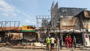 Spalone sklepy należące do muzułmanów w Minuwangoda na przedmieściach stołecznego Kolombo, 14 maja 2019 r.