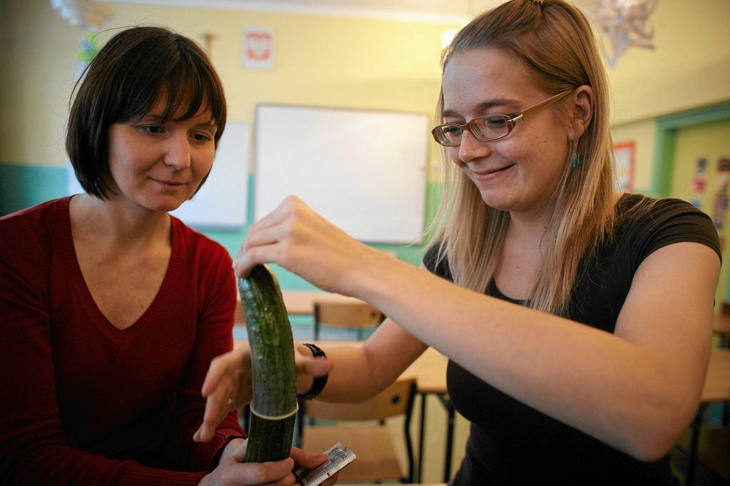 Aleksandra Dulas i Anna Jurek - edukatorki seksualne na co dzień pracujące z młodzieżą podczas zajęć (fot. Marcin Stępień / Agencja Gazeta)