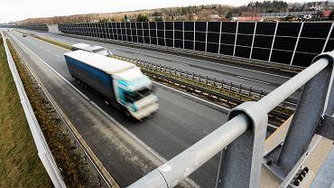 Tir na autostradzie (zdjęcie ilustracyjne)