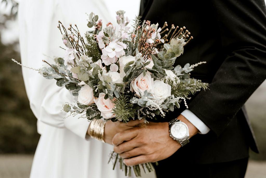 Urlop okolicznościowy przysługuje również przy okazji ślubu.
