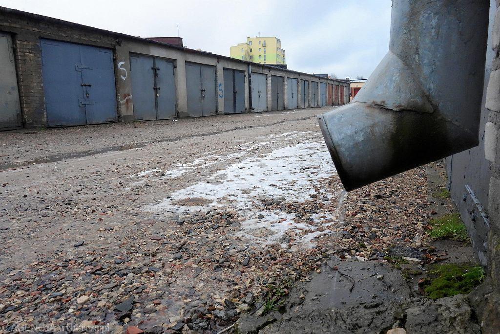 Garaże przy Miodowej. - Po deszczach stoją tu kałuże szerokie jak jeziora - opowiadają ludzie