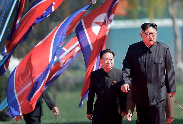 Choe Ryong Hae za plecami Kim Dzong Una na oficjalnej uroczystości
