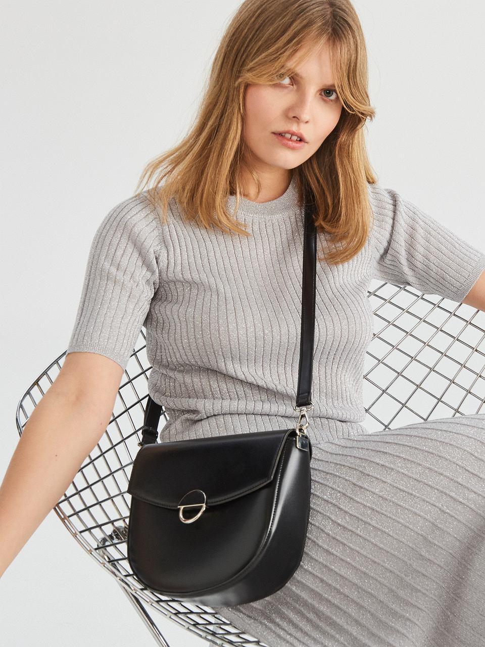 Mała, czarna torebka wizytowa przyda się każdej kobiecie