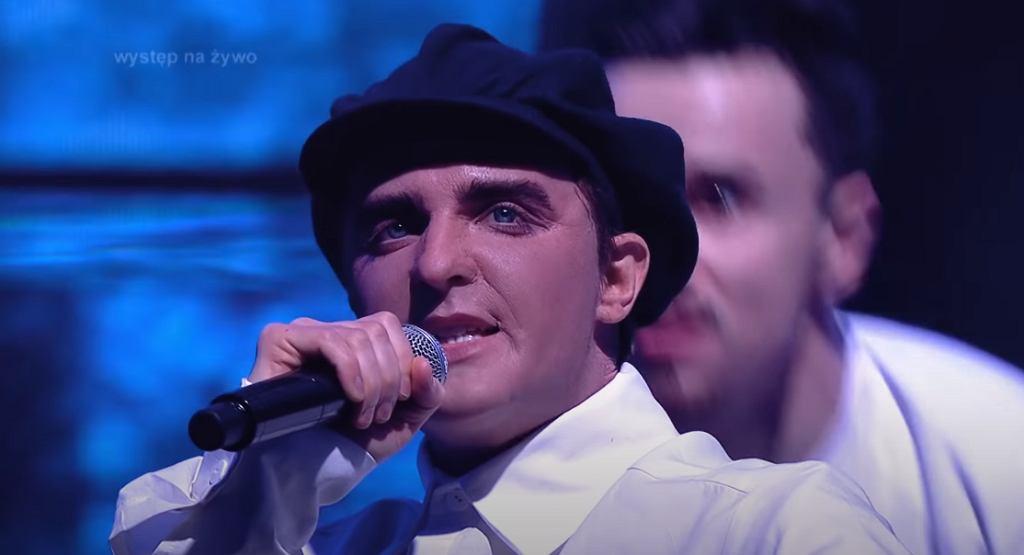 Piotr Gawron-Jedlikowski jako Neil Tennant Pet Shop Boys - Twoja Twarz Brzmi Znajomo