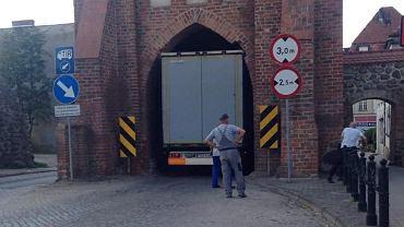 Myślibórz. Ciężarówka nie zmieściła się w zabytkowej bramie
