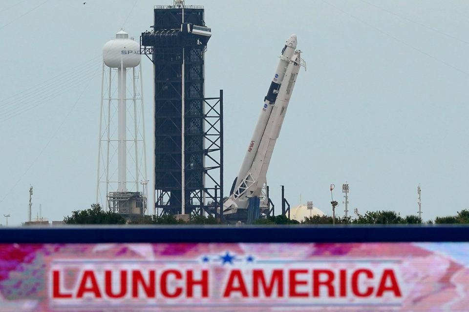 Dzisiejszy lot statku Dragon, który należy do firmy SpaceX miliardera Elona Muska, ma być pierwszą od dekady załogową misją kosmiczną, startującą z terenu USA. Na zdjęciu: Rakieta Falcon 9 ze statkiem Dragon - na wyrzutni. Kennedy Space Center, Cape Canaveral, 26 maja 2020