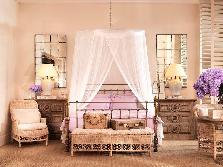 Łóżko z cienkim baldachimem