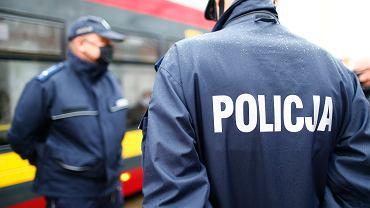 Policja sprawdza, czy pasażerowie noszą maseczki