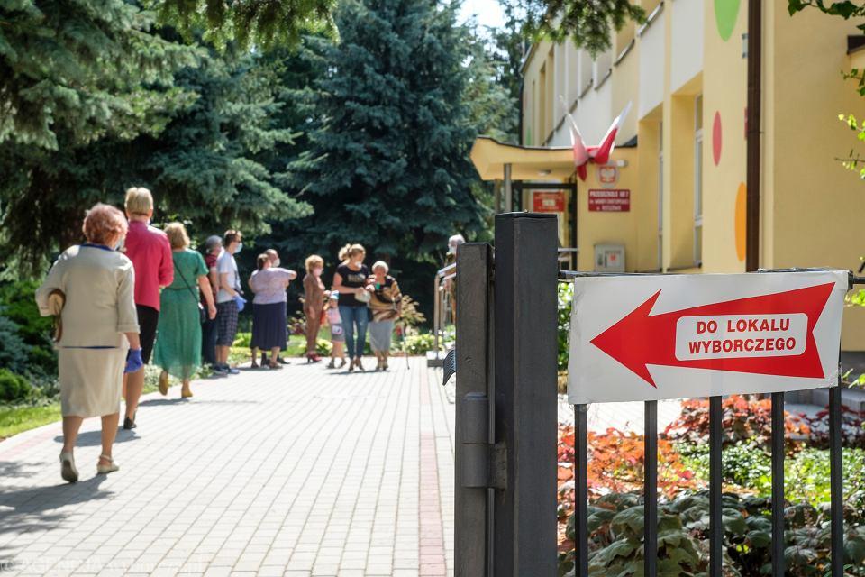 Sześć dni przed drugą turą wyborów minister zdrowia wydał rozporządzenie dające pierwszeństwo wstępu do lokali wyborczych osobom po sześćdziesiątce