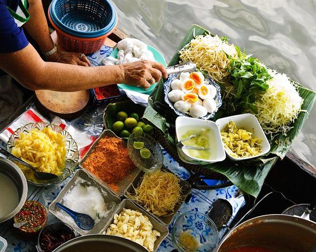Street food na kanale w Bangkoku