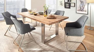 Stół z widocznymi słojami w jadalni