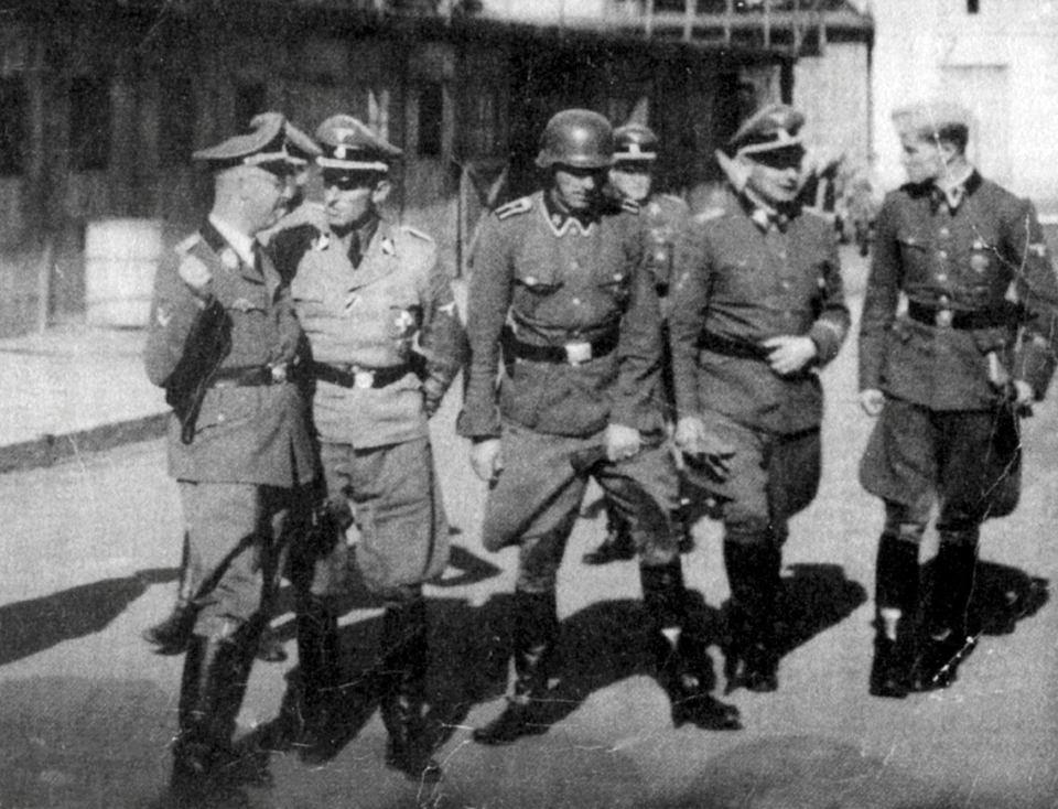 Hans Kammler (drugi z lewej) rozmawia w Lublinie z Heinrichem Himmlerem
