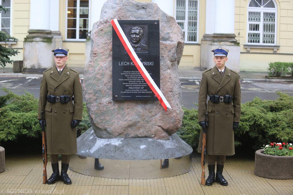 PiS w rocznicę katastrofy smoleńskiej odsłonił w Warszawie tablicę pamiątkową poświęconą prezydentowi RP Lechowi