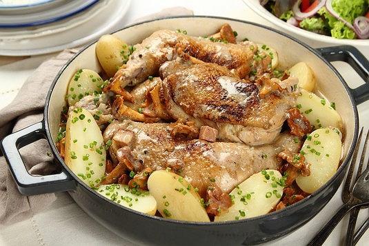 Potrawka z kurczaka zagrodowego z kurkami w sosie śmietanowym