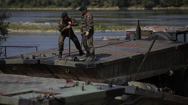 Wojsko buduje most pontonowy