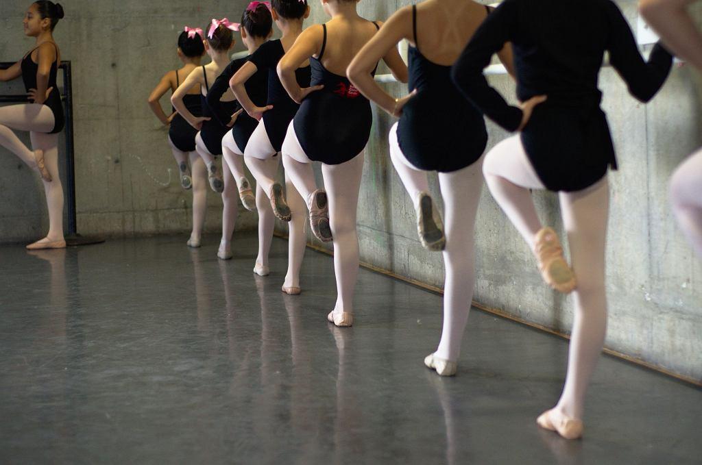 Rodzice w ramach kary za gorsze oceny zabraniają dzieciom chodzić na zajęcia taneczne