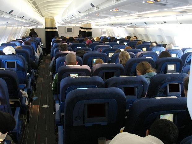 W samolocie opierasz głowę o zagłówek? Ryzykujesz poważną infekcją. Naukowcy alarmują: To siedlisko bakterii