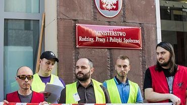 Konferencja prasowa Inicjatywy Pracowniczej dotycząca przestrzegania zasad BHP na budowach.