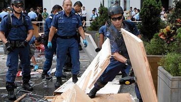 Policja rozmontowuje barykady w Hongkongu