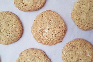 Ciasteczka z białą czekoladą, wiórkami kokosowymi i prażonymi migdałami - bez dodatku jajek [PRZEPIS]