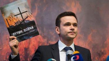"""Współpracownik Borysa Niemcowa, Ilija Jaszyn, prezentuje gotowy raport """"Putin. Wojna"""""""
