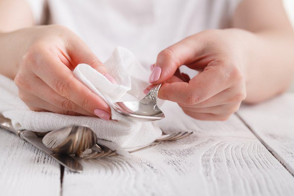 Jak wyczyścić srebro? Sprawdzone domowe sposoby na przywrócenie dawnego blasku srebrnym przedmiotom. Zdjęcie ilustracyjne