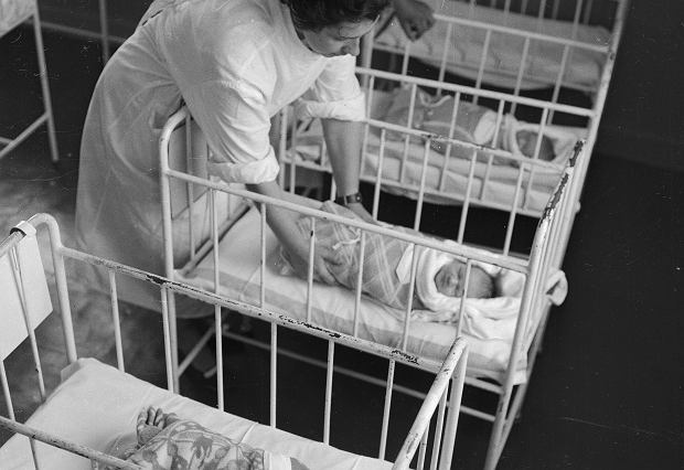 Oddział położniczy w szpitalu (fot. Narodowe Archiwum Cyfrowe)