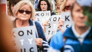 Protest KOD przed łódzką siedzibą PiS