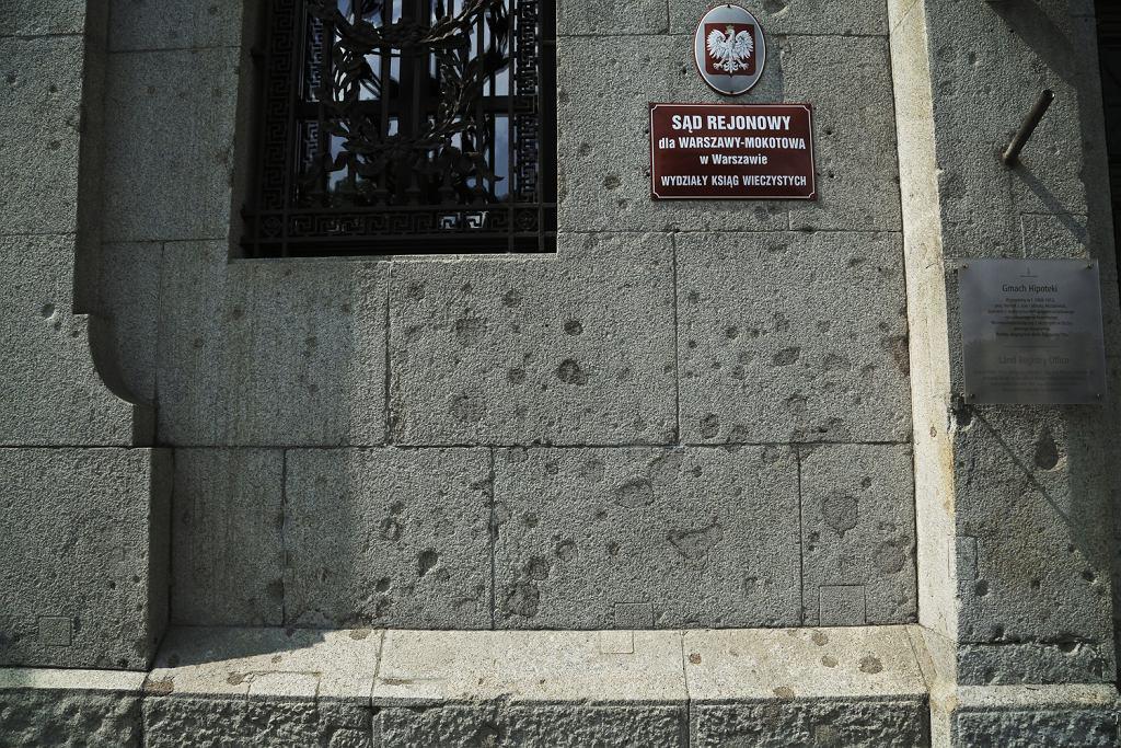 Gmach sądu przy Solidarnosci 58, częsciowo połatane ślady po pociskach na fasadzie