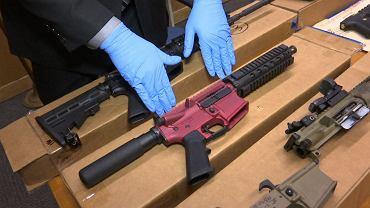 Od początku 2020 r. broń w Stanach Zjednoczonych sprzedaje się w rekordowym tempie, ma to związek z pandemią COVID-19 i narastającą przemocą. Z tego powodu zaczyna drastycznie brakować amunicji - informuje Associated Press.