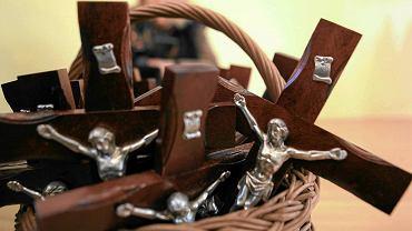 Krzyże, które mają być powieszone w szkolnych klasach