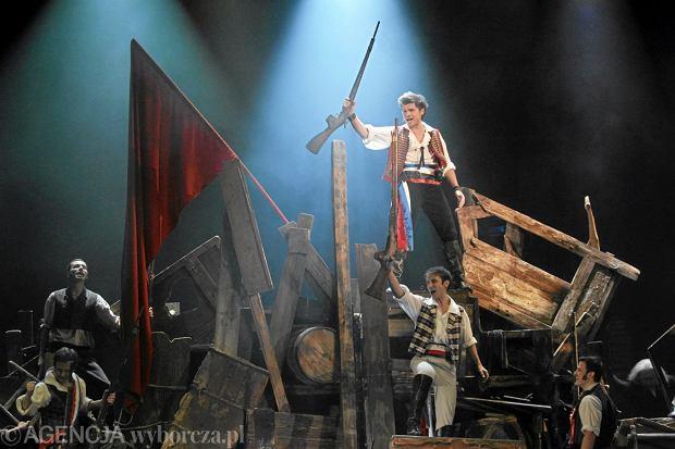 Do musicalu 'Les Miserables' Teatr Muzyczny Roma zakupił nowoczesne platformy sterowane komputerowo. Ustawiono na nich m.in. barykadę (20 września 2010 r.)