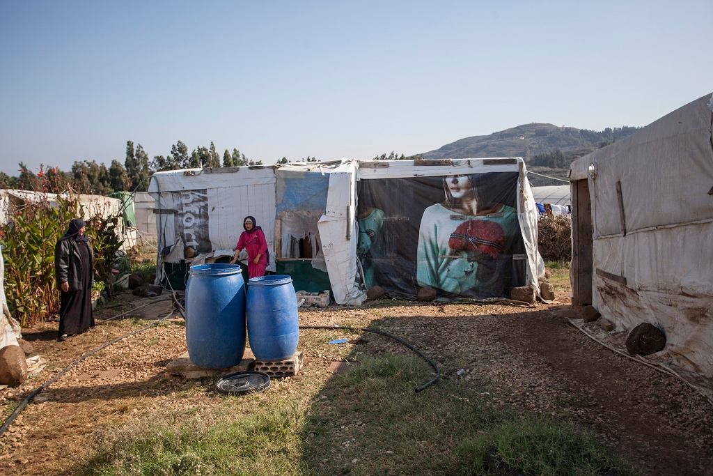 Uchodźcy w Libanie mieszkają w plastikowych namiotach. Zima to dla nich najtrudniejszy czas.