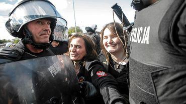 Anna Kołakowska i Maria Kołakowska na kontrmanifestacji narodowców w 2015 r.